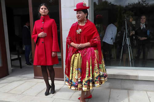 La alta moda boliviana homenajea al creador de la vistosa arquitectura andina