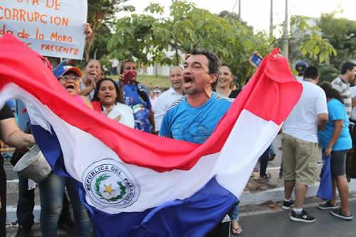 Manifestantes respaldan denuncias de oposición paraguaya de fraude electoral