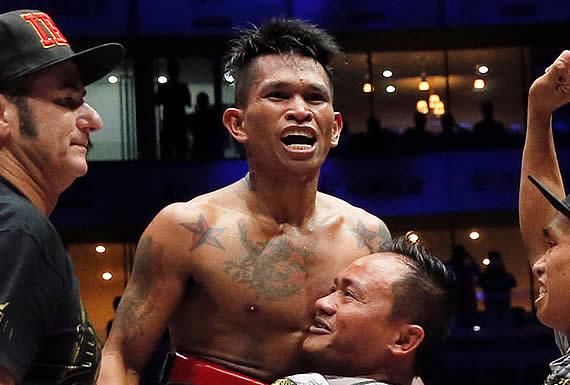 Boxeador filipino deja K.O. a su rival mexicano con un derechazo que le vuela el protector bucal