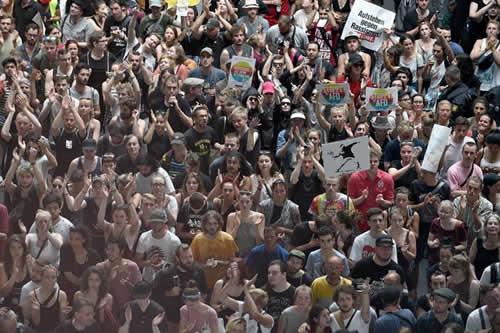 La ultraderechista AfD marcha por Berlin entre protestas de varios grupos