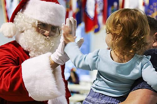 Santa Claus en la mira: ¿Está bien obligar a los niños a fotografiarse con él aunque tengan miedo?
