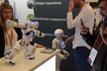 Robots que charlan, vigilan la casa y ayudan con los deberes enamoran al MWC