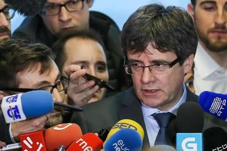 Puigdemont pide ayuda al Parlamento catalán para ir al pleno de investidura