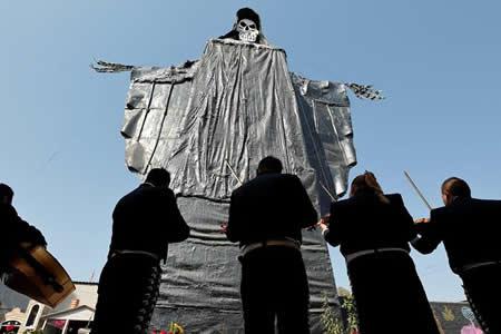 La Santa Muerte más grande del mundo cumple 10 años arropada por sus devotos