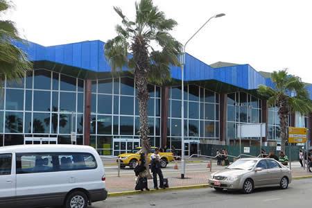 Empleados de un aeropuerto salvan a una mujer que se peleaba con su pareja por un selfi