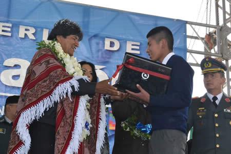 Morales afirma que la educaci n es la garant a para la for Banco union uninet