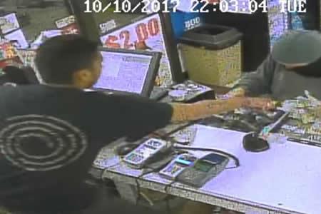 Intenta atracar una tienda pero no esperaba que el cajero lo fuera a desarmar