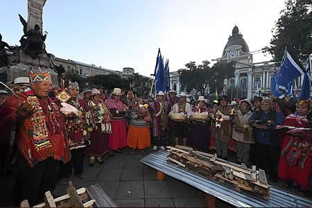 Miles de personas se congregan en plaza Murillo para celebrar aniversario del Estado Plurinacional
