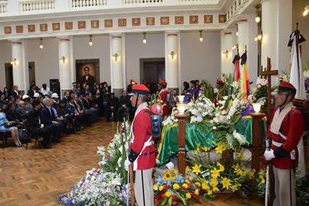 Restos de villegas ser n velados en palacio de gobierno for Cementerio jardin la paz bolivia