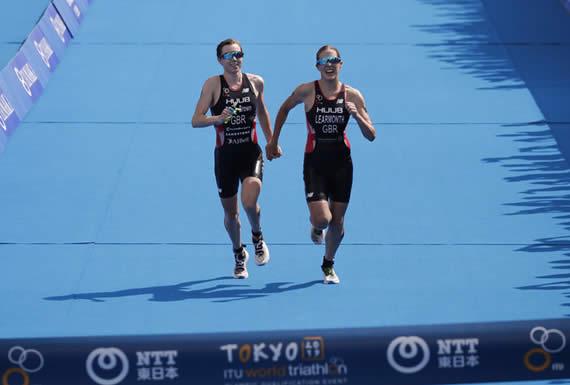 Ganan una carrera de triatlón tomadas de la mano, acaban descalificadas y ponen en peligro su presencia en los JJ.OO.