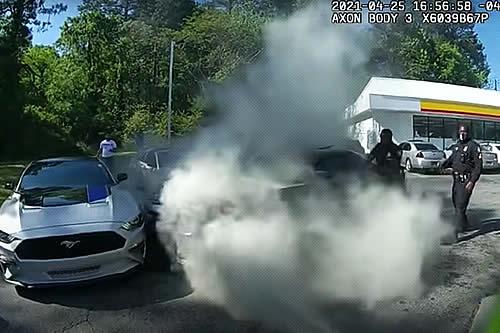 Cinco policías salvan a un hombre inconsciente en un coche en llamas en un heroico rescate grabado en primera persona