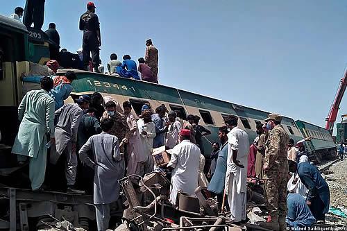 Doble accidente ferroviario en Pakistán deja más de 60 muertos