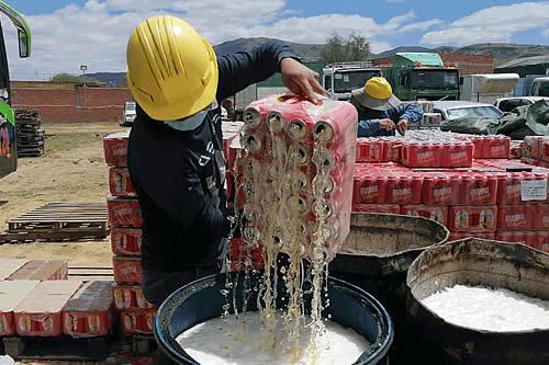 Destruyen 60 toneladas de vino, cerveza y otras bebidas de contrabando