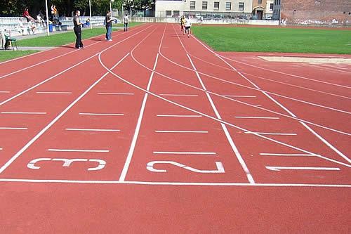 Un camarógrafo 'gana' una carrera de atletismo a los corredores a los que estaba grabando