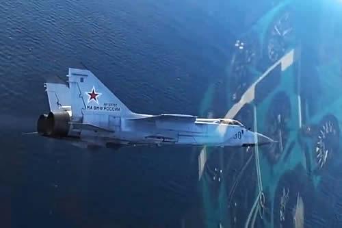 Pilotos novatos de interceptores rusos MiG-31BM demuestran sus dotes en un simulacro de combate aéreo