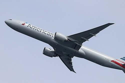 """Un piloto de American Airlines afirma haber visto un """"objeto largo y cilíndrico"""" sobrevolando su avión"""