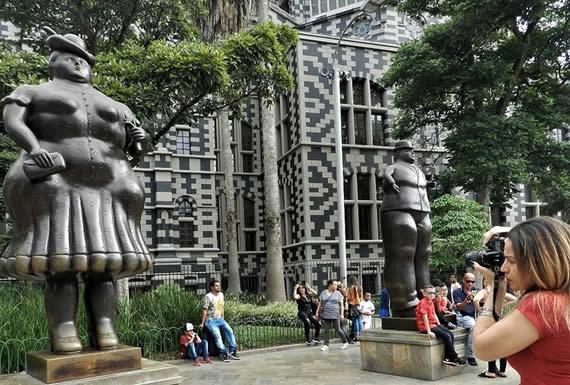El museo a cielo abierto en Colombia donde todos quieren tomarse una selfie con los 'gordos' de Botero