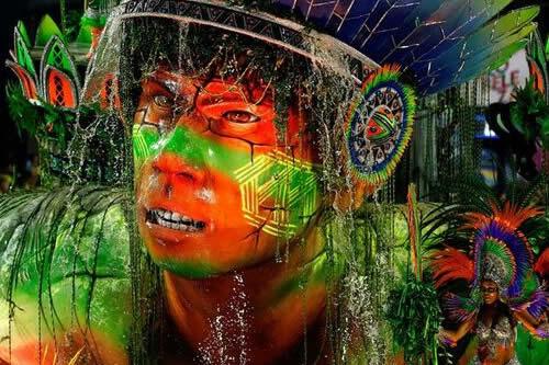Desfile que realzó negros, indios y mujeres de Brasil vence Carnaval de Río