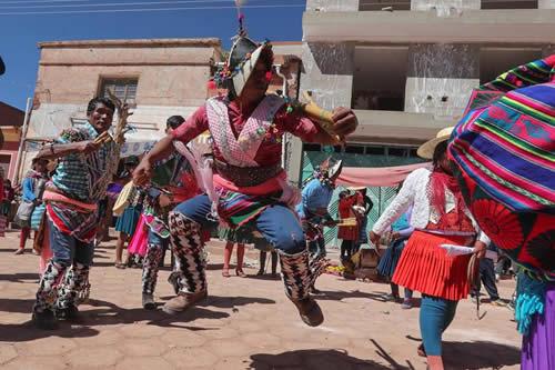Unas gotas de sangre riegan la Madre Tierra en un rito milenario en Bolivia