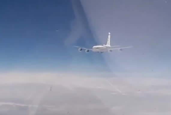 La intercepción de dos aviones espía de EE.UU. y Suecia vista desde la cabina de un caza ruso Su-27