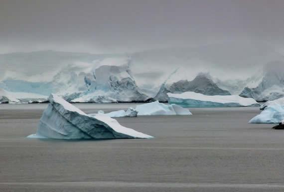 Enormes agujeros se forman en mitad del hielo de la Antártida: ¿a qué se debe el fenómeno?