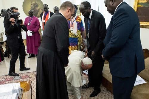 El papa Francisco besa los pies de los líderes de Sudán del Sur para persuadirlos a reconciliarse