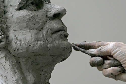 Una reportera destroza una escultura en plena entrevista