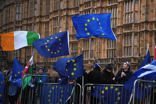 El Parlamento descarta un brexit abrupto y deja la prórroga como única opción