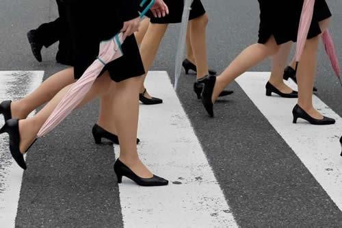 Japonesas se movilizan en internet para no tener que ir en tacones al trabajo