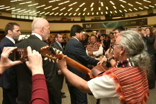 Reciben a Morales con música y exposición de productos de coca en Viena y reconocen su trabajo por Bolivia