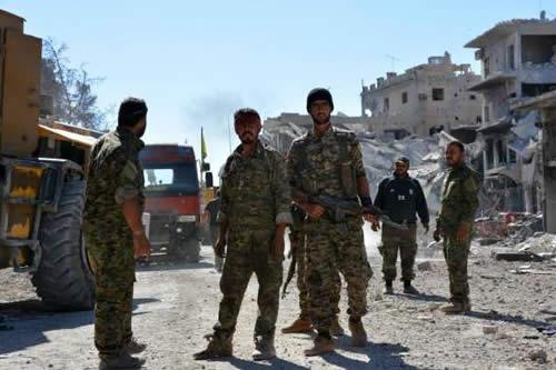 Fuerzas kurdas suspenden ataque contra último reducto del EI ante rendiciones