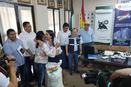 Ministra de Desarrollo Productivo presenta alimento balanceado para ganado en Santa Cruz