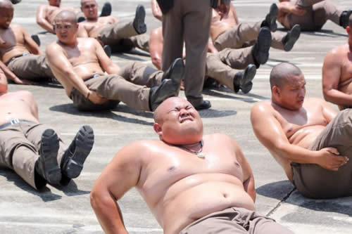 """Tailandia enviará a sus policías con sobrepeso a un campamento para """"destruir barrigas"""""""