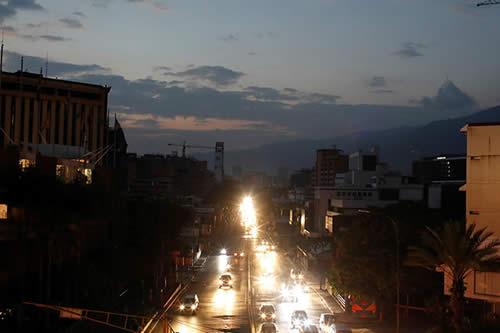 Gobierno venezolano reporta normalidad en red eléctrica tras masivo apagón