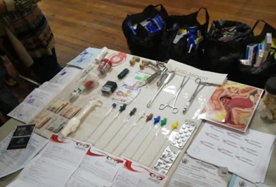 Policía aprehende a médico que realizaba abortos en consultorio clandestino en La Paz y a un estudiante