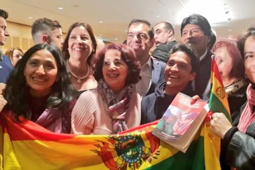 Residentes bolivianos en Atenas reciben con afecto a Morales