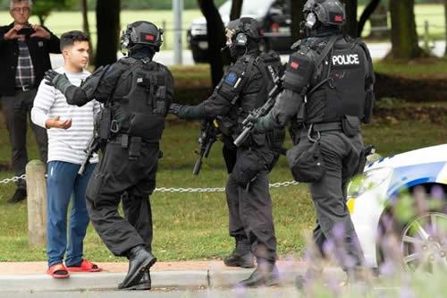 """Casi 50 muertos en tiroteos """"terroristas"""" en dos mezquitas en Nueva Zelanda"""