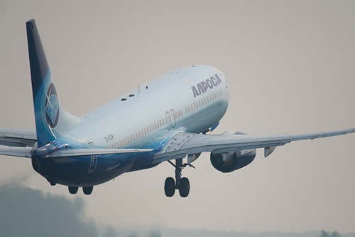 Un Boeing 737-800 aterriza de emergencia en Rusia por un posible fallo del motor