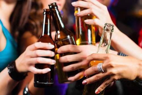 Los jóvenes que ven publicidad alcohólica son más propensos a ser bebedores