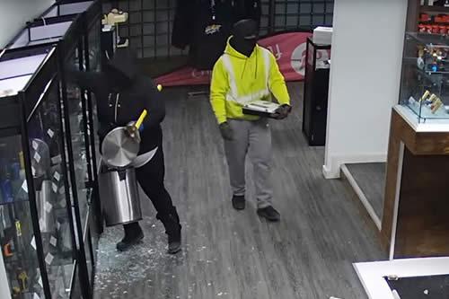 Dos ladrones protagonizan un esperpéntico robo en una tienda de cigarrillos electrónicos