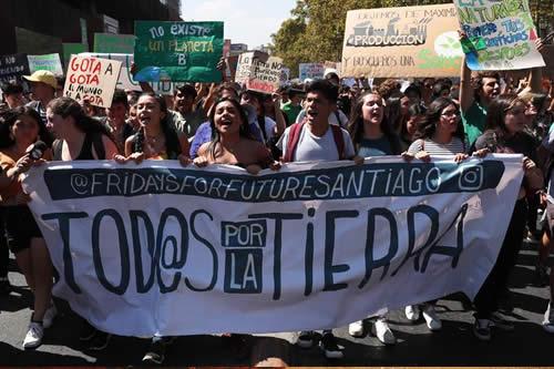 Miles de jóvenes marchan en la capital chilena contra el cambio climático