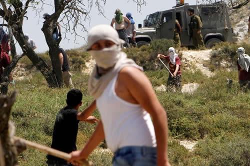 Colonos israelíes atacan con piedras a una familia palestina en Cisjordania