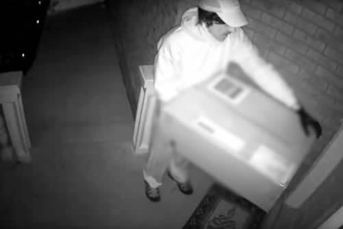Se hace pasar por repartidor y le dispara a una mujer con una ballesta escondida en una caja