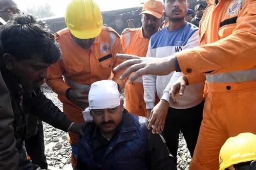 Rescatan a un niño que se cayó a un pozo de más de 30 metros en la India