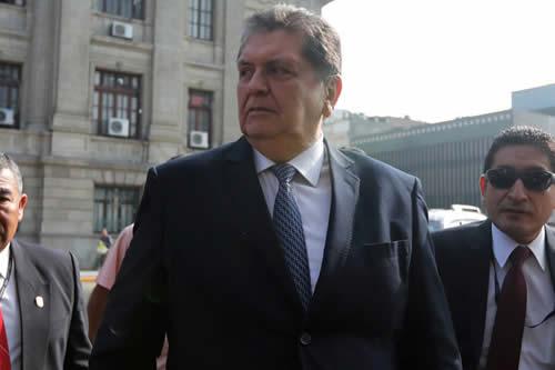 Fallece el expresidente peruano Alan García tras dispararse un tiro cuando iba a ser detenido por la Policía