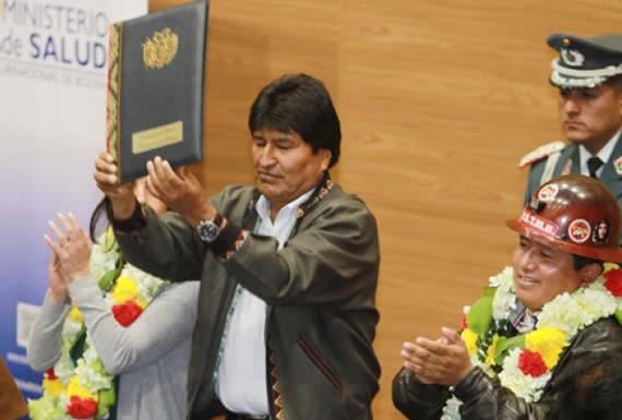 Morales promulga ley para potenciar la CNS y mejorar atención médica de sus afiliados