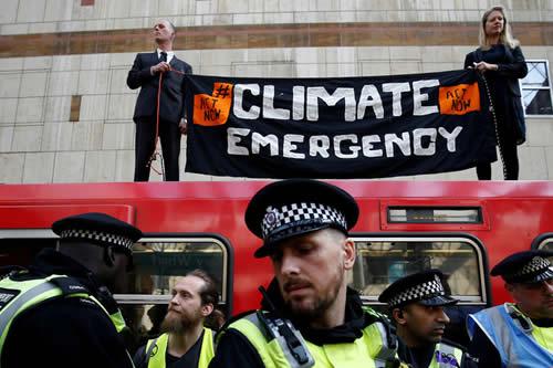 Activistas contra el cambio climático 'se pegan' a un tren en Londres