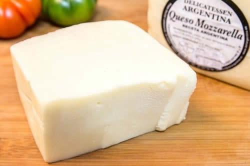 Decomisan 4.000 kilos de queso argentino transportado sin refrigerar y contaminado en Chuquisaca