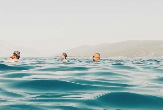 Una avioneta cae al mar y los sobrevivientes graban su dramático rescate desde el agua