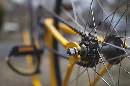 Se tira de su bicicleta y se salva por centímetros de ser atropellada por un camión a toda marcha